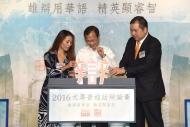 署理助理廣播處長(電台及節目策劃)區麗雅(左)、前立法會主席曾鈺成(中)及香港大律師公會代表文本立資深大律師(右)主持簡單而隆重的儀式,為總決賽揭開序幕。
