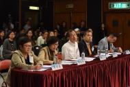 總決賽評判團由(左起)香港記者協會主席岑倚蘭、民政事務局副局長許曉暉、前立法會主席曾鈺成、香港大律師公會代表文本立資深大律師及立法會議員楊岳橋組成。