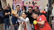 主持林嘉恩、何基佑、吳日言、關楚耀和手語氣球師來個selfie。