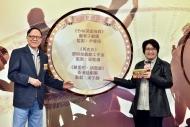 香港戲劇協會會長鍾景輝博士(左)及香港電台中文台台長曾婉明(右)揭曉本屆「香港舞台劇獎」最佳整體演出的提名名單。