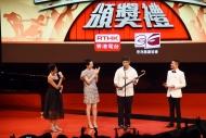 宋本浩(右二)憑《竹林深處強姦》獲葉童(左二)頒「最佳男主角(喜劇/鬧劇)」。