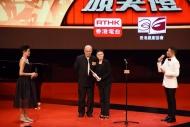 羅冠蘭(右二)從劉兆銘(左二)手上接過「最佳女主角(悲劇/正劇)」獎項。(劇目︰《心靈病房》)