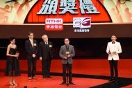 「最佳整體演出」獎由《親愛的‧胡雪巖》奪得,監製梁子麒(右二)從香港戲劇協會會長馮祿德(左三)及助理廣播處長(電台及節目策劃)陳耀華(左二)手上接過獎項。