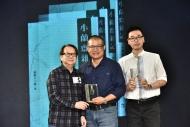 獲獎書籍《小蘭齋雜記》的編訂朱少璋 (中)及出版社編輯部助理經理張宇程(右)從著名劇作家杜國威(左)手上接過獎座。