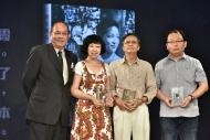資深傳媒人岑建勳(左一)頒獎予《霞哥傳奇:跨洋電影與女性先鋒》的編著魏時煜(左二)、羅卡(右二)及編輯鄭傳鍏(右一)。