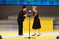 冯蔚衡(左)从叶德娴(右)手上接过「最佳导演(悲剧/正剧)」奖项。(剧目∶《父亲》)