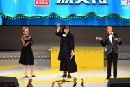 「最佳导演(喜剧/闹剧)」由《奋青乐与路》导演方俊杰夺得,并由夺得「最佳灯光设计」的太太杨子欣(中)代表上台领奖。方俊杰在得奖感言中,勉励年轻一代继续勇敢追梦。