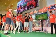 大會邀請專業港台隊獨鬥藝人隊,兩隊需即時為足球遊戲配上評述,藝人隊以鬼馬生動的方式評論賽事,為現場增添不少歡樂氣氛。