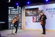 器官受贈者與友人即席獻唱和演奏,同以優美旋律,譜出精彩人生樂章。