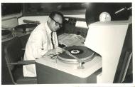 Uncle Ray第一份工作是加入丽的呼声出任撰稿员,此照片摄于丽的呼声录音室。