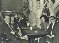1964 年,英国 EMI 唱片部经理 Stan STERN(图左一)为Uncle Ray穿针引线,安排与 The Beatles 做专访,图为Uncle Ray应邀出席设于 Mayfair Hotel 的晚宴。