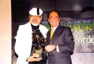 国际著名歌手Paul ANKA于「香港广播七十年」揭幕酒会颁发「广播成就荣誉奖」予Uncle Ray。