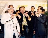 Uncle Ray与偶像 Cliff RICHARD(图中)同台献唱,照片摄于香港电台75周年纪念活动。