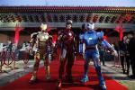 四月有宣傳人員於北京故宮穿上鐵甲宣傳電影 (圖片來源︰路透社)