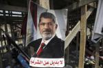 埃及首都開羅有穆爾西支持者在衝突地點貼出支持穆爾西的海報 (圖片來源︰路透社)