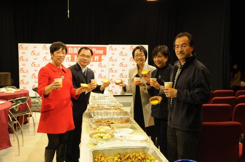 (左起) 周梁淑怡, 廖成利, 陈婉娴, 蒋丽芸, 张超雄参与《五枝旗杆》第二辑。